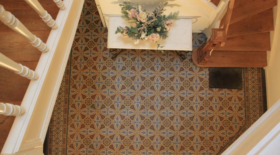 Старые плитки в коридоре