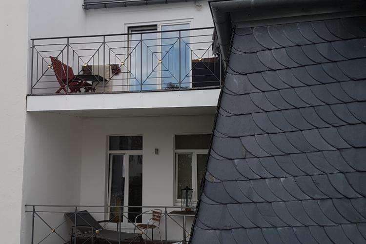 Gartenwohnung: Blick auf die Nachbarbalkone